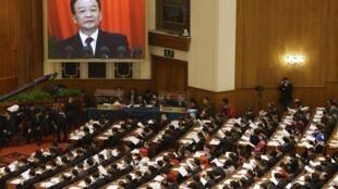 中國總理溫家寶在全國人大開幕式上講話(顯示在屏幕上)2013年3月5日北京