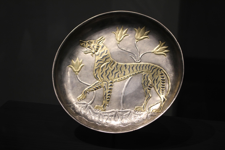 plat décoré d'un Tigre