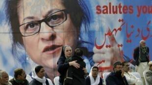 Les amis et admirateurs d'Asma Jahangir étaient au rendez-vous à Lahore le 13 février 2018 pour les funérailles de la célèbre avocate pakistanaise, mondialement connue.