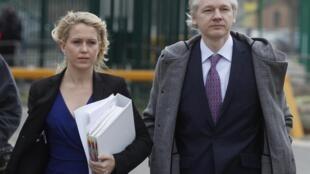 Le fondateur de WikiLeaks, Julian Assange, avec son avocate Jennifer Robinson à leur arrivée au Tribunal de Belmarsh, le 7 février 2011.