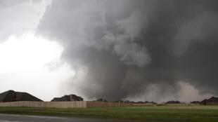 Une tornade immense s'approche de Moore (Oklahoma), le 20 mai 2013.