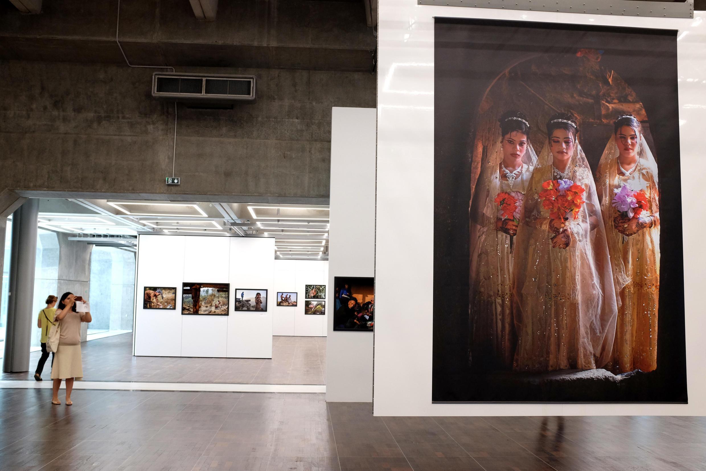 Vue de l'exposition « Too Young To Wed » de Stephanie Sinclair dans l'Arche du photojournalisme.
