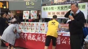 2019年12月10日,香港市民聯署聖誕卡,為獄中良心犯送祝福,右為新當選的支聯會主席李卓人。