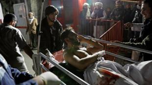 """انتقال مجروحین انفجار انتحاری سالن """"اورانوس""""، به بیمارستان. سهشنبه ٢٩ آبان/ ٢٠ نوامبر ٢٠۱٨"""
