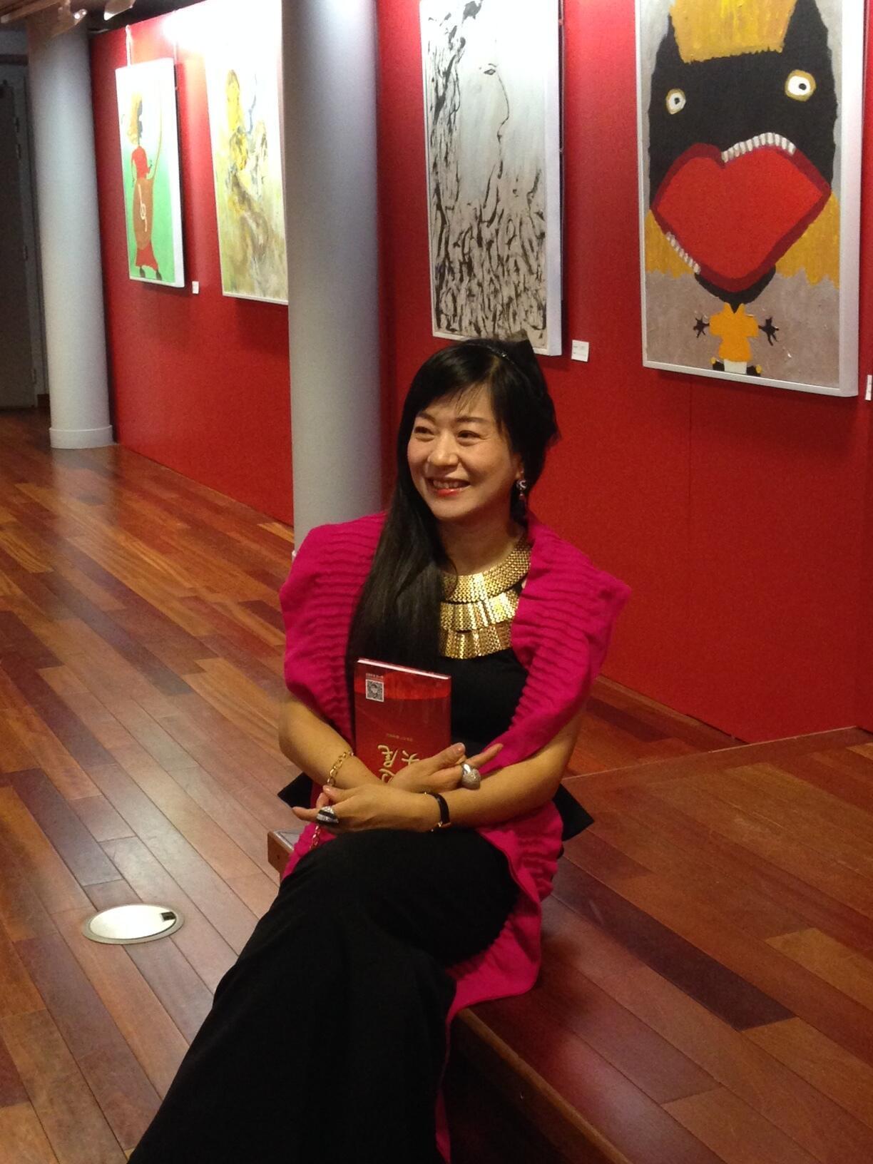 叶丽文在中国文化中心展厅里