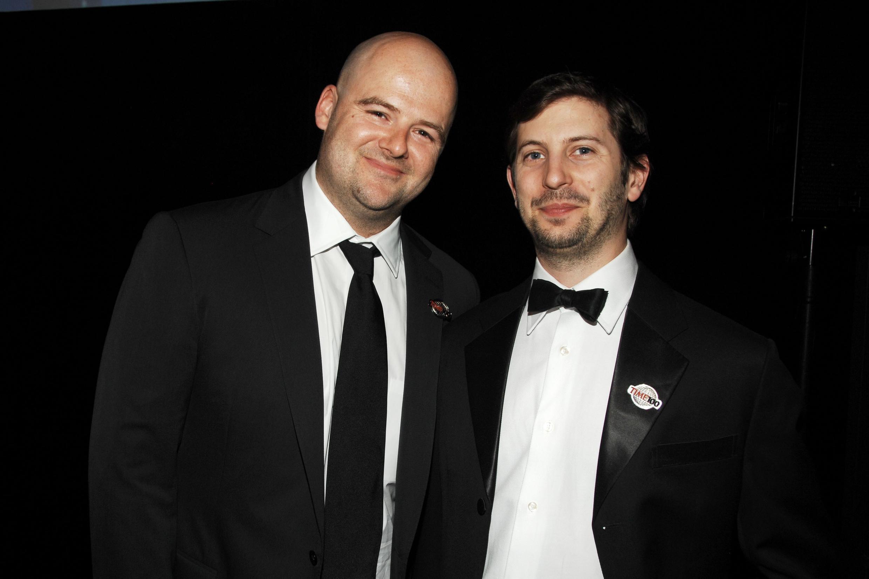 Dan Houser, l'un des frères fondateurs du studio Rockstar Games (à gauche) et Rowan Hajaj, un collègue.
