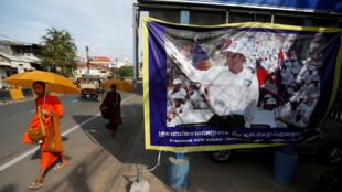 Biểu ngữ có hình ông Kem Sokha, lãnh đạo Đảng Cứu Nguy Dân Tộc Cam Bốt, tại Phnom Penh, ngày 17/11/2017.