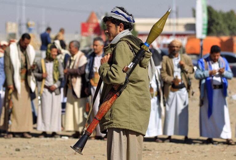 Un yéménite armé, lors d'un rassemblement de soutiens des rebelles Houthis, à Sanaa le 19 décembre 2018.