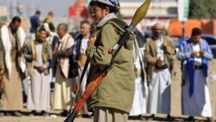 Un yéménite armé lors d'un rassemblement de soutiens des rebelles Houthis, à Sanaa le 19 décembre 2018.