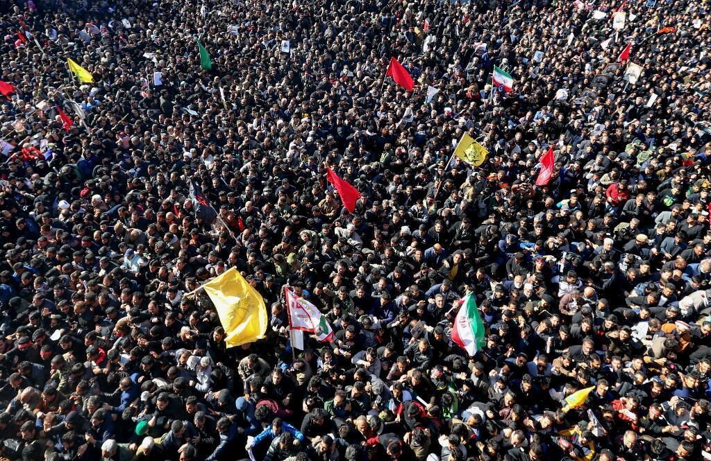 Bousculade mortelle lors de l'enterrement du général Soleimani, en présence d'une foule immense criant vengeance contre l'Amérique. À Kerman en Iran, le 7 janvier 2020.