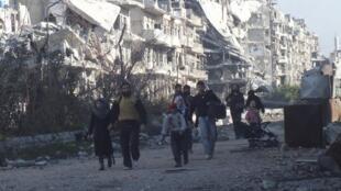 Civis são retirados de Homs após meses de bombardeios das forças do regime na cidade, bastião dos rebeldes na Síria.