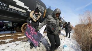 Des manifestants, en soutien avec la communauté Wet'suwet'en, bloquent une ligne ferroviaire pour protester contre la construction d'un gazoduc à Toronto, le 15 février 2020.