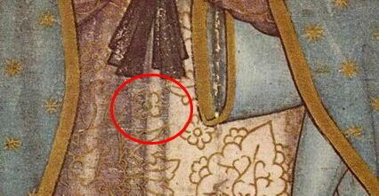 Detalle del vestido donde se puede ver una flor de cuatro pétalos, también llamada la flor de Nahui Ollin.