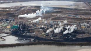 Une grande raffinerie de pétrole le long de la rivière Athabasca dans les sables bitumineux de l'Alberta, au Canada.