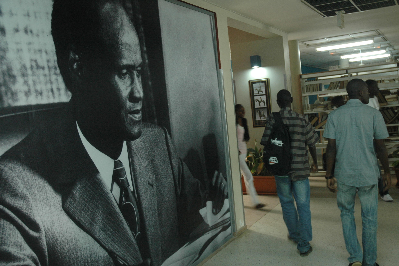 Le portrait d'Alioune Diop accueille les étudiants dans le hall de la bibliothèque de l'UCAD.