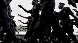 Des policiers ivoiriens défilent lors d'une cérémonie pour les 51 ans de l'indépendance de la Côte d'Ivoire, le 7 août 2011 à Abidjan.