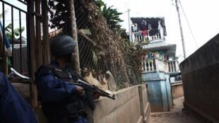Des policiers s'approchant du camp militaire où s'est déroulé la mutinerie.
