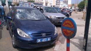 Des dizaines de voitures vandalisées place de l'Indépendance à Dakar.