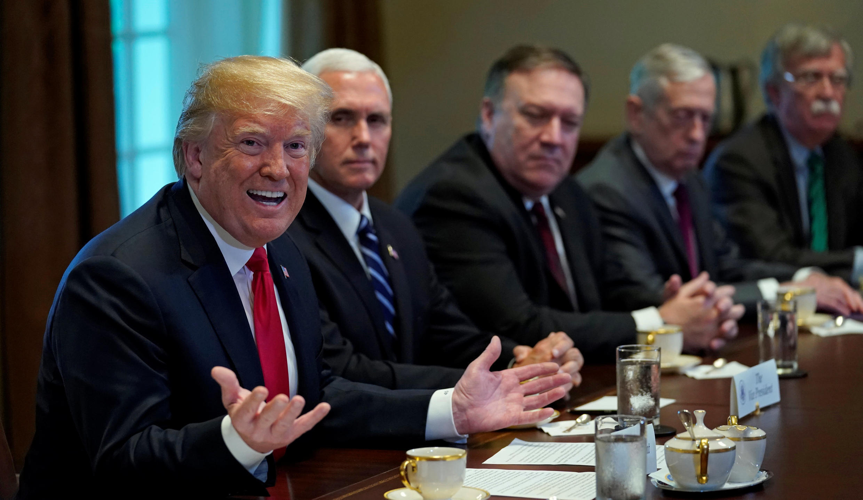 Le président américain Donald Trump, flanqué de son vice-président, de ses secrétaires d'Etat et à la Défense et de son conseiller à la sécurité nationale, lors d'une rencontre avec le numéro un de l'Otan jeudi 17 mai 2018 à Washington.