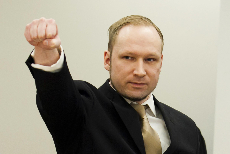 Anders Breivik provoca o público ao fazer uma saudação nazista na abertura do julgamento em Oslo.