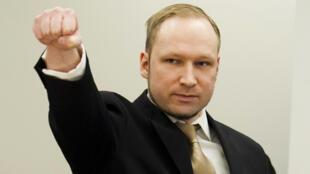 Anders Breivik provoca o público ao fazer uma saudação nazista na abertura de seu julgamento em Oslo, em abril.