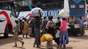 Des réfugiés sont transportés depuis Kuluba dans les différents centres de réfugiés, à Kuluba, le 9 novembre 2016.