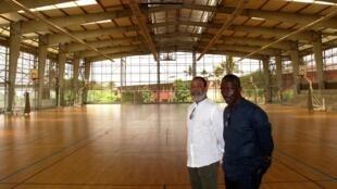 Guillaume Koffi (gauche) et Issa Diabaté (droite) dans le gymnase primé du lycée français Blaise Pascal d'Abidjan.