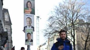 Cartazes mostram os líderes dos partidos que participam das eleições antecipadas na Irlanda, que serão realizadas no sábado, 8 de fevereiro.