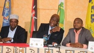 Le deuxième vice-président de la CAF, Constant Omari (au centre), lors d'une conférence de presse eu Kenya.