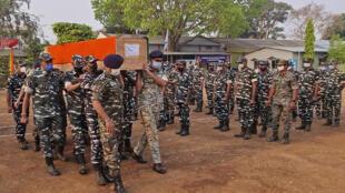 Forças de segurança indianas durante uma cerimónia  para o funeral de membros seus. No dia 4 de Abril  de 2021, morreram 22 polícias e paramilitares e 30 ficaram feridos durante um confronto com rebeldes maoístas  no distrito de Bijapur, no estado central de Chhastisgarh.