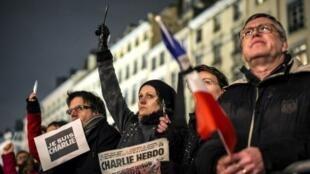 Десятки французских СМИ поддержали редакцию Charlie Hebdo, которая работает при постоянных угрозах