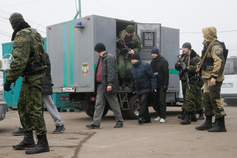 Tù binh chiến tranh được phía lực lượng nổi dậy dẫn giải trao trả cho Ukraina, tại vùng Donetsk, ngày 29/12/2019.