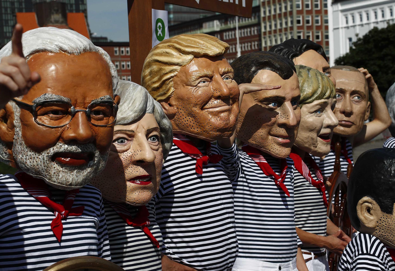 Активисты ассоциации Oxfam в масках лидеров G20 на митинге в Гамбурге накануне саммита «большой двадцатки», 6 июля 2017 года.