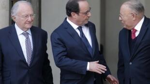 Le président Hollande entouré de Roger Cukierman, président du Crif  (g) Dalil Boubakeur, président du CFCM (d), ce mardi à l'Elysée.