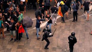Les manifestants se heurtent à la police lors d'une manifestation à l'aéroport de Barcelone, à l'issue d'un procès rendu à l'issue d'un référendum interdit sur l'indépendance, en Espagne, le 14 octobre 2019.