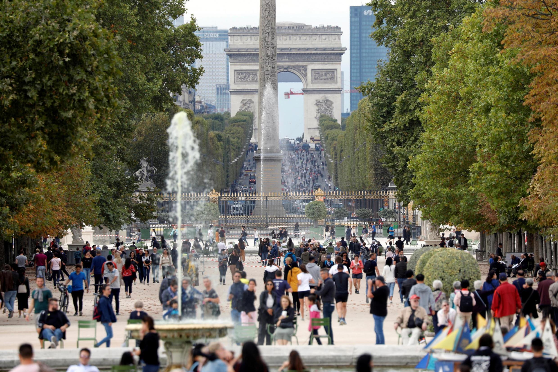 Pedestres circulam livremente na área da avenida do Champs Elysées neste domingo, 22 de setembro, dia sem carro em Paris.