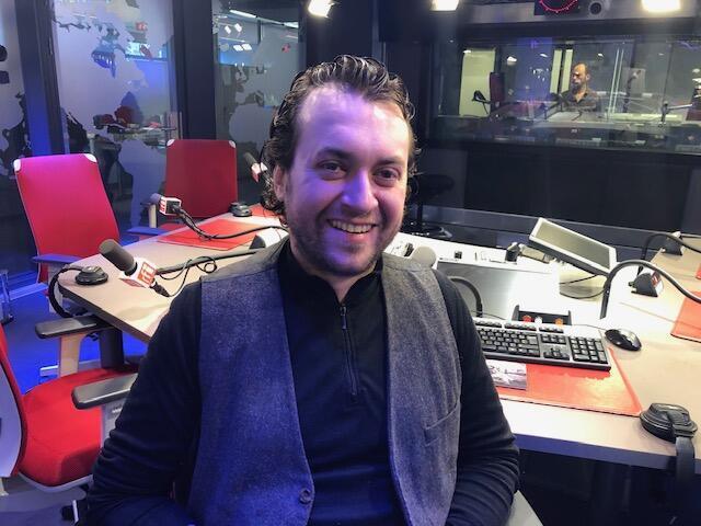O músico Mario Bakuna nos estúdios da RFI Brasil.