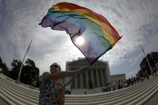 Militantes celebram decisão diante do prédio da Suprema Corte em Washington.
