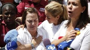 Bà Mitzy de Ledezma ( trái), vợ của Đô trưởng Caracas, Antonio Ledezma và  dân biểu đối lập Maria Corina Machado (phải) trong cuocj biểu tình tại Caracas ngày 20/02/2015