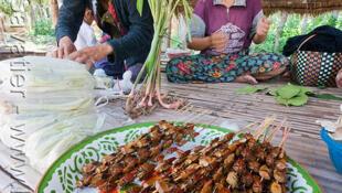 O consumo de insetos grelhados no Laos faz parte da cultura gastronômica do país.