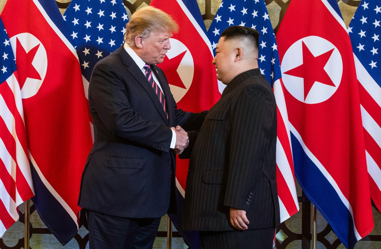 El presidente estadounidense Donald Trump (izq) y el líder de Corea del Norte Kim Jong Un en un encuentro en Hanói, Vietnam, el 27 de febrero de 2019