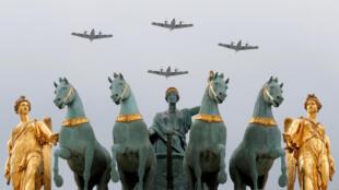 Des avions à hélice de l'armée de l'air française survolent l'Arc de triomphe du Carrousel à l'occasion des répétition du défilé du 14-Juillet, le 11 juillet 2018.