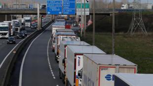 Fila de caminhões em Calais, no Norte da França, em 13 de março de 2019.