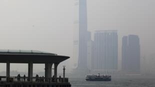 Imagem mostra poluição em Hong Kong na manhã desta quinta-feira.
