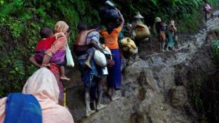 'Yangudun hijirar kabilar Rohingya yayinda suke hawa tsaunuka bayan ketarawa cikin kasar Bangladesh.