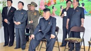 朝鮮領導人金正恩參觀一個工廠 2013年6月16日
