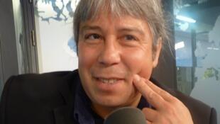 El arpista paraguayo Ismael Ledesma en los estudios de RFI