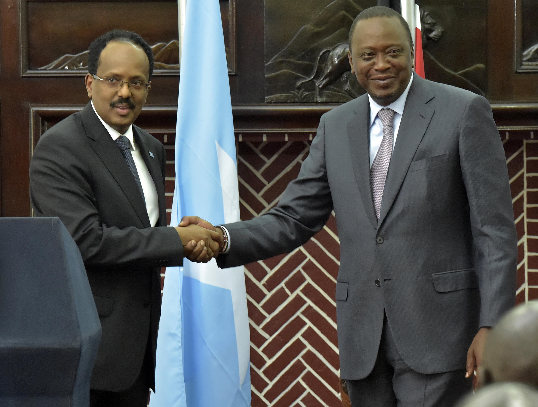 Le nouveau président somalien Mohamed Abdullahi Farmajo a rencontré son homologue kényan Uhuru Kenyatta à Nairobi, le 23 mars 2017.