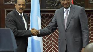 Le président somalien Farmajo lors d'une rencontre avec son homologue kényan Uhuru Kenyatta à Nairobi, le 23 mars 2017.