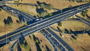 Vue aérienne du croisement  Buccleuch, une des autoroutes les plus fréquentées de la banlieue de Johannesburg.